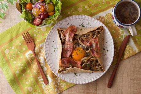 ベーコンとしめじと卵のそば粉のガレットの写真素材 [FYI01857112]