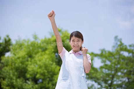 ガッツポーズをする介護福祉士の写真素材 [FYI01857183]
