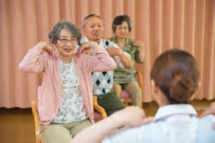 体操をするシニアと介護福祉士の写真素材 [FYI01857228]