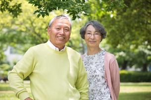 公園で並んで立つ老夫婦の写真素材 [FYI01857260]