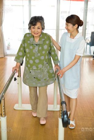 歩行リハビリをするシニア女性と介護福祉士の写真素材 [FYI01857292]