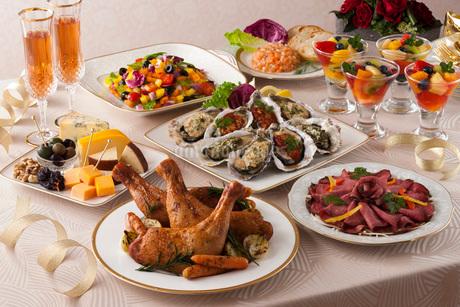 ローストチキンやチーズのパーティー料理の写真素材 [FYI01857327]