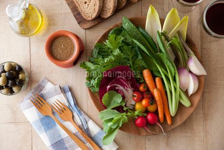 生野菜のバーニャカウダの写真素材 [FYI01857360]