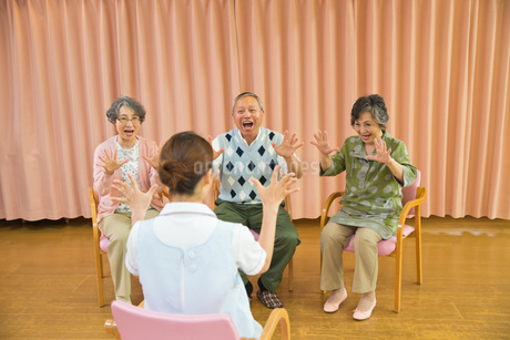 体操をするシニアと介護福祉士の写真素材 [FYI01857412]