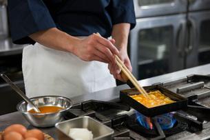 だし巻き玉子を作る調理師の写真素材 [FYI01857564]
