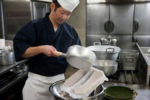 鯛の松皮造りを作る調理師の写真素材 [FYI01857584]