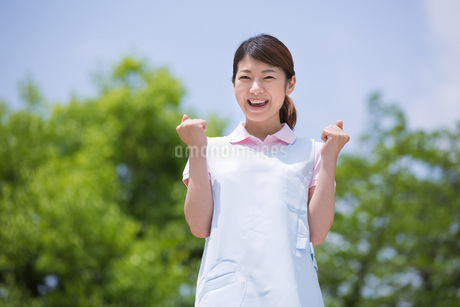 ガッツポーズをする介護福祉士の写真素材 [FYI01857602]