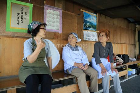 エプロン姿のシニア女性の井戸端会議の写真素材 [FYI01857607]
