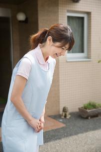 お辞儀をする介護福祉士の写真素材 [FYI01857608]