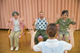 体操をするシニアと介護福祉士の写真素材 [FYI01857636]