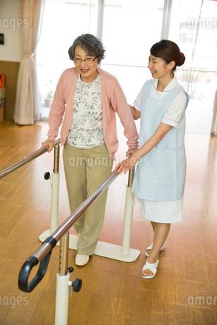 歩行リハビリをするシニア女性と介護福祉士の写真素材 [FYI01857973]