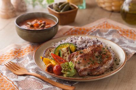 鶏肉の香草焼きと雑穀ごはんとグリル野菜の写真素材 [FYI01857974]