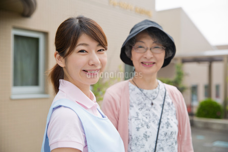 笑顔の介護福祉士とシニア女性の写真素材 [FYI01857995]