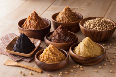 様々な味噌と大豆の写真素材 [FYI01858024]