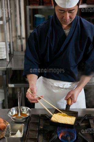 だし巻き玉子を作る調理師の写真素材 [FYI01858072]
