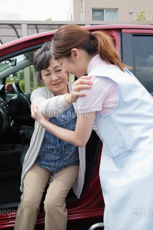 車への乗車を介助する介護福祉士の写真素材 [FYI01858108]