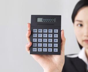 電卓を持つビジネスウーマンの写真素材 [FYI01858363]