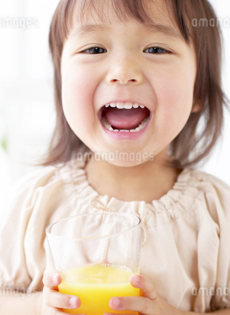 ジュースを持つ女の子の写真素材 [FYI01858559]