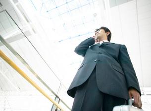 携帯電話で話をするビジネスマンの写真素材 [FYI01858600]