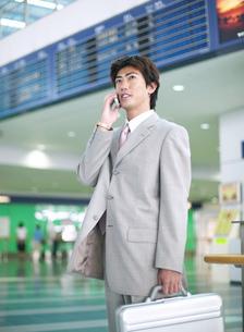 空港の中のビジネスマンの写真素材 [FYI01858637]