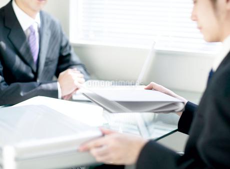 打ち合わせをするビジネスマンの写真素材 [FYI01858668]