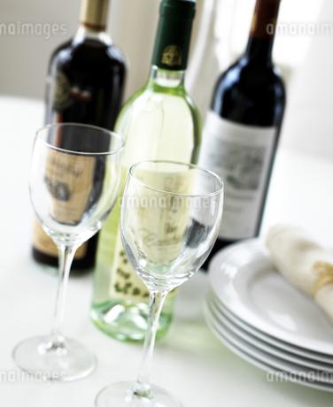 ワインとグラスと皿の写真素材 [FYI01858730]