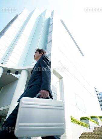 オフィス街の中のビジネスマンの写真素材 [FYI01858743]