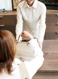 ショッピングバッグを持つ女性の写真素材 [FYI01858825]