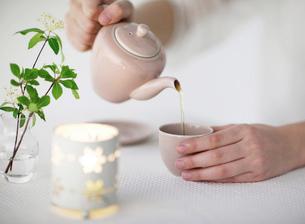 急須でお茶を注ぐの写真素材 [FYI01858871]