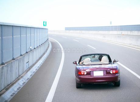 オープンカーの2人 後姿の写真素材 [FYI01858931]