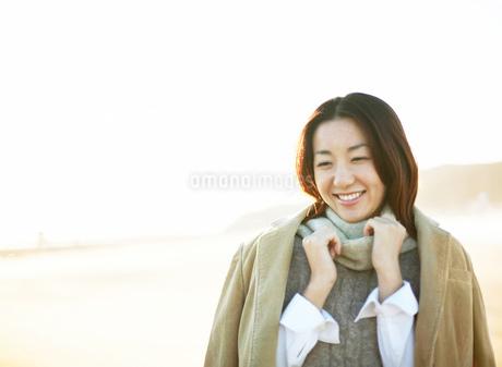 ジャケットを羽織る女性の写真素材 [FYI01859008]