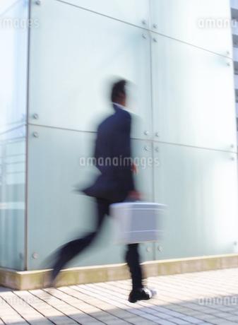 オフィス街の中のビジネスマンの写真素材 [FYI01859061]
