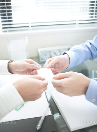 名刺を交換する人物の写真素材 [FYI01859136]