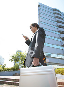 オフィスを歩くビジネスマンの写真素材 [FYI01859166]