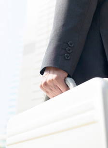 鞄を持つ男性の写真素材 [FYI01859176]
