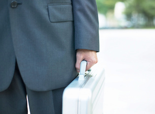 鞄を持つ男性の写真素材 [FYI01859312]