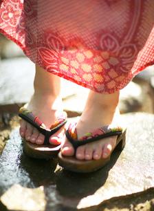 浴衣姿の女性の足の写真素材 [FYI01859592]