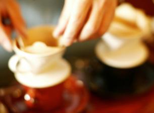 コーヒーを淹れる手の写真素材 [FYI01859885]