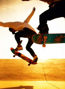 スケートボードに乗る男性の写真素材 [FYI01859902]