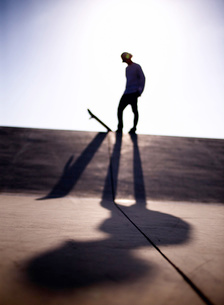 スケートボードに乗る男性の写真素材 [FYI01859923]