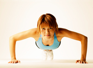 腕立て伏せをする女性の写真素材 [FYI01859948]