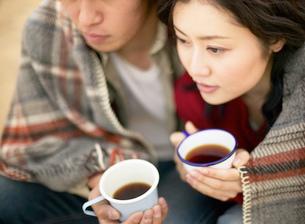 カップを持つカップルの写真素材 [FYI01859952]