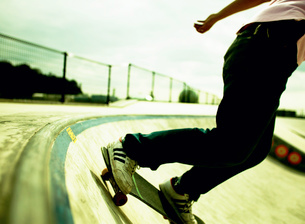 スケートボードに乗る男性の写真素材 [FYI01859976]