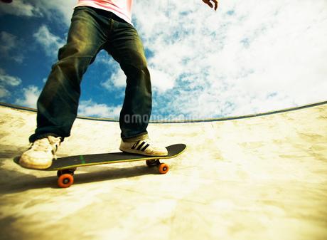 スケートボードに乗る男性の写真素材 [FYI01859995]