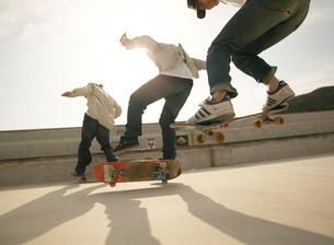 スケートボードでジャンプする男性の写真素材 [FYI01860494]