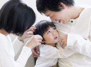 子供と遊ぶ両親の写真素材 [FYI01860531]