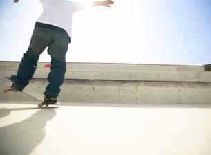 スケートボードに乗る日本人男性の写真素材 [FYI01860542]
