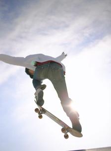 スケートボードでジャンプする日本人男性の写真素材 [FYI01860543]
