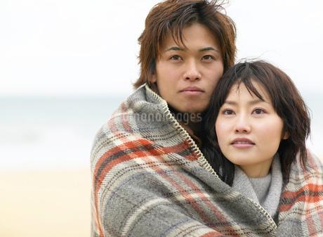 寄り添う日本人カップルの写真素材 [FYI01860575]