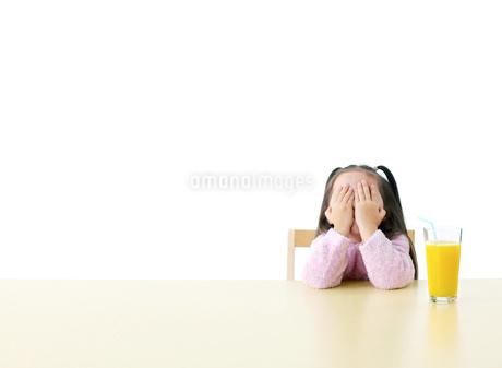 目を隠す女の子の写真素材 [FYI01860611]